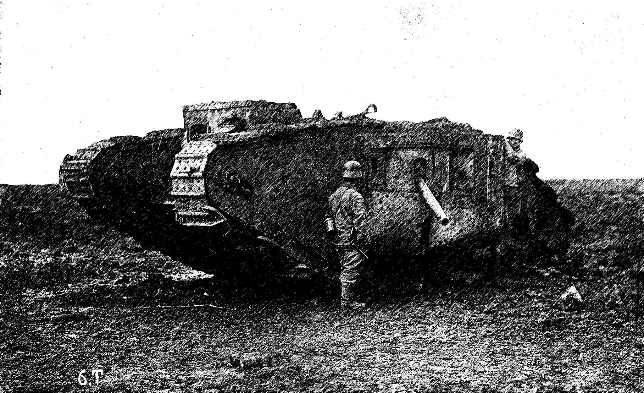 """Német katonák zsákmányolt """"férfi"""" brit Mark IV-es tankot vizsgálnak meg. A kép forrása: Fortepan/76741, a grafikai módosítást Roznik Bálint végezte"""