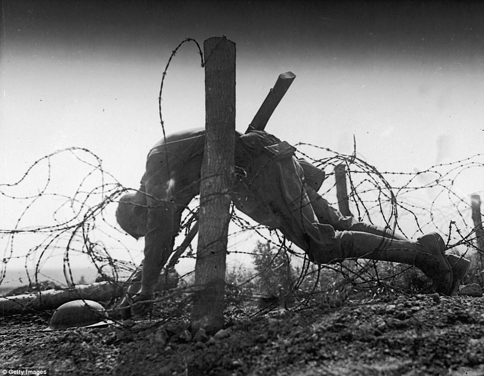 Szögesdróton fennakadt halott katona az első világháborúban. Forrás: Getty Images