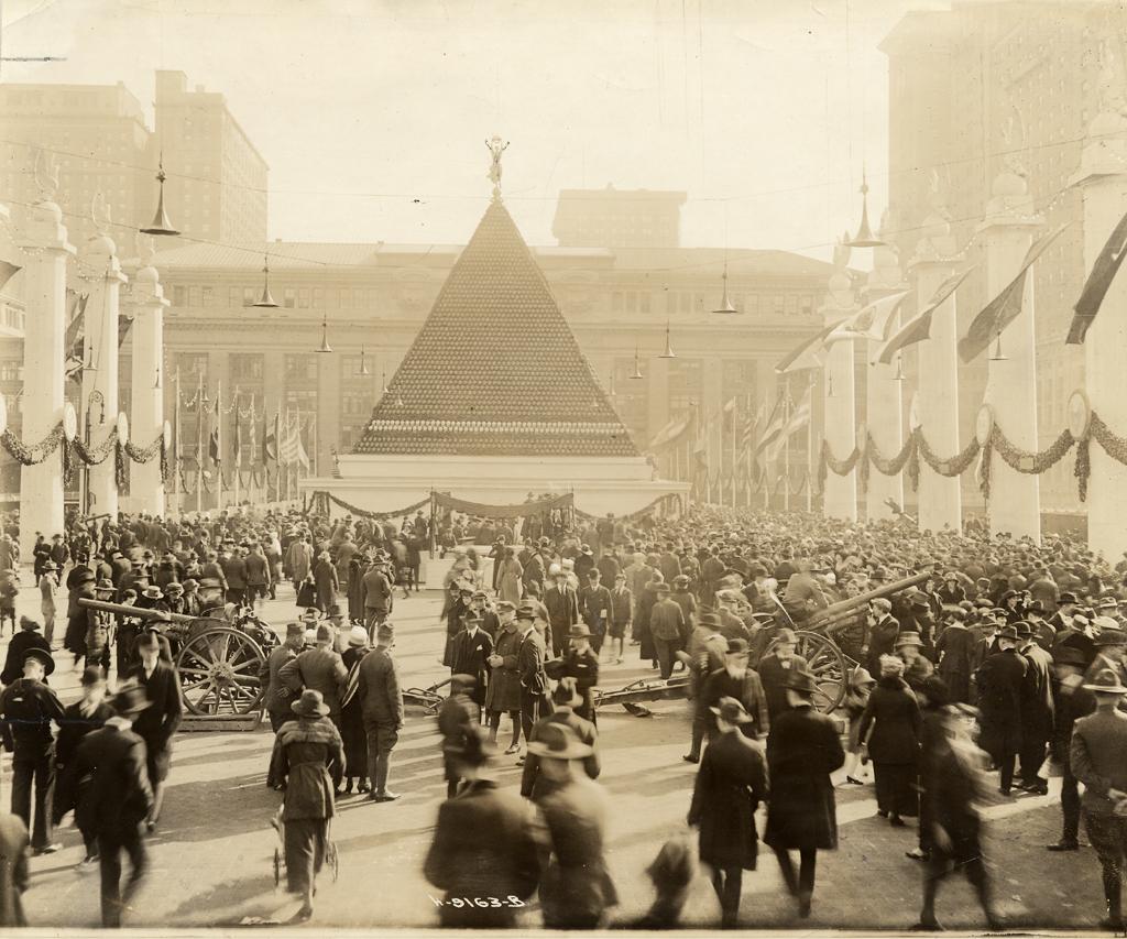 Az egyik sisakpiramis a Grand Central Terminál előtt, előtérben a zsákmányolt német lövegekkel, New York, 1919. április 22. Forrás: sirismm.si.edu