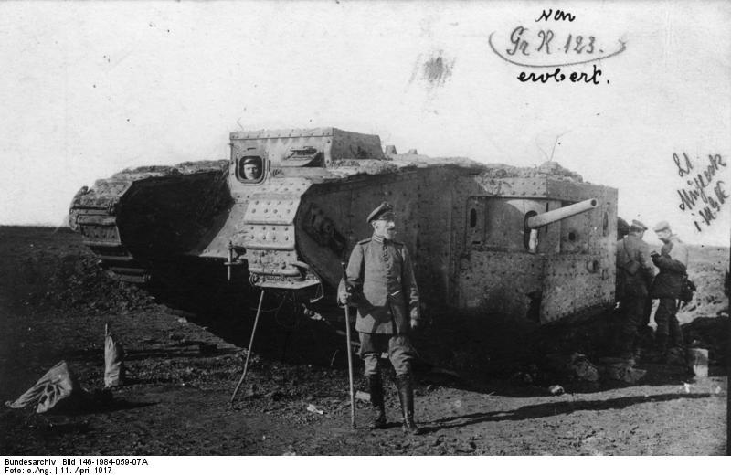 A 799. sorszámú brit Mark II-es tank, amit németek ejtettek zsákmányul, 1917. április 11. Forrás: Bundesarchiv, Bild 146-1984-059-07A