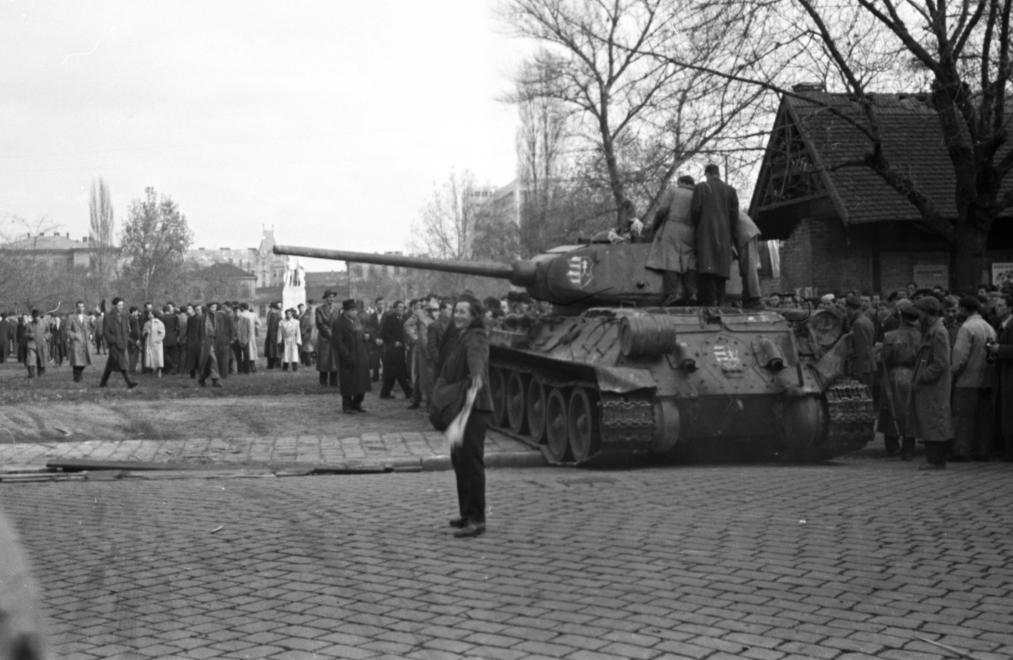 A Köztársaság téri ostrom egyik legfontosabb sajátossága, hogy a harcok szünetében, tehát az említett október 28-a fegyverszünet után zajlott, így számos fegyveres csoport tudott a harcolókhoz csatlakozni a környékbeli utcákból. Létszámbeli fölényük ellenére a támadók jelentős hátrányban voltak, ugyanis az épület jól védhető volt. A harcot végül az döntötte el, hogy a szabadságharcos csoportok oldalán beavatkozott egy T34-85-ös harckocsi is, amely tűz alá vette a pártházat, illetve ezt követően, további harckocsik is bekapcsolódtak az épület lövetésébe. Tulipán Éva hivatkozott kötetében azt valószínűsíti, hogy az első - az ostromlók pártjára átállt - harckocsit mintegy tévedésből követte a később érkező 2-5 tank (pontos számuk máig nem bizonyos) az épület lövetésében.