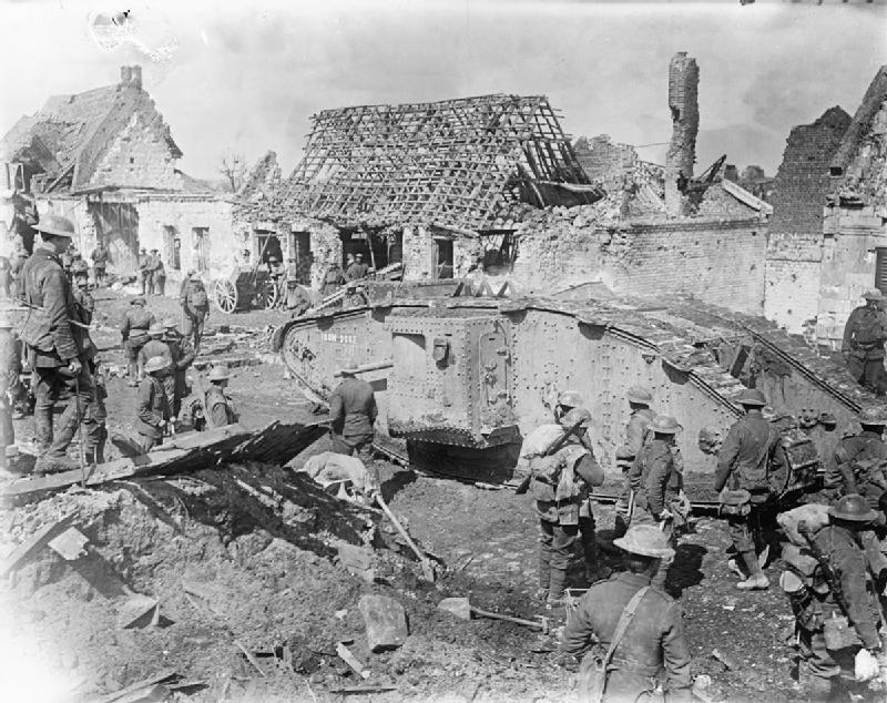 """A """"Vas Herceg"""" névre keresztelt brit Mark II-es """"férfi"""" tank keresztülhalad a franciaországi Arras romjain a front felé menet, 1917. április 10. Forrás: Imperial War Museum (Q 6418)"""
