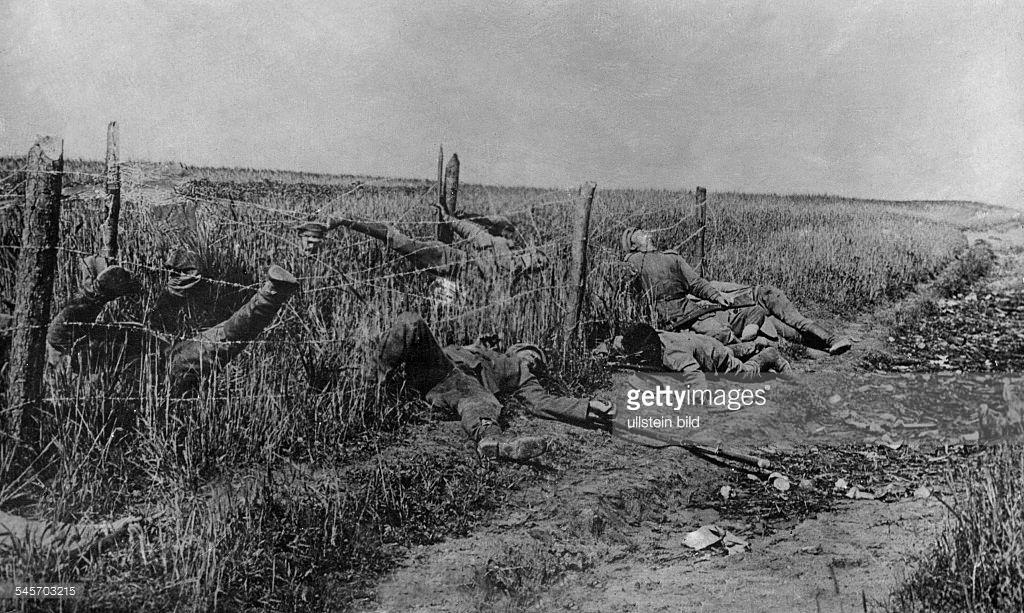 """Elesett brit katonák """"lógnak"""" a szögesdróton, Flandriában. Forrás: Getty Images"""