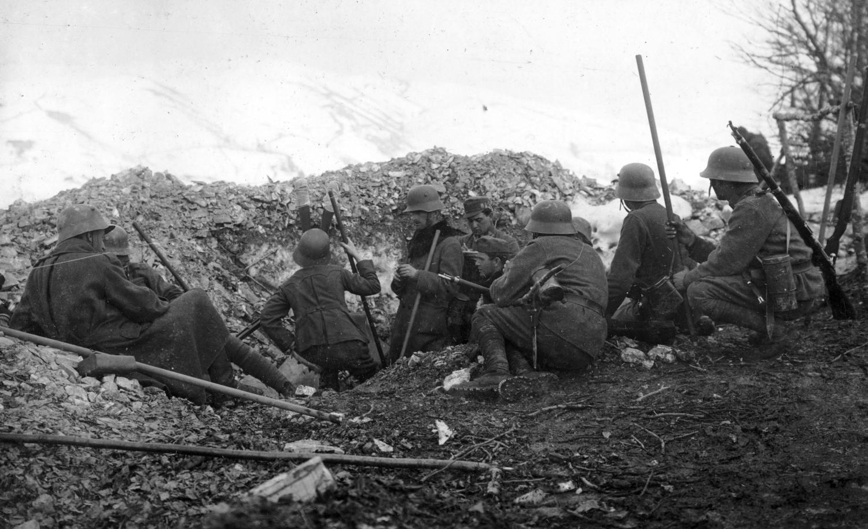 Osztrák–magyar katonák kétféle rohamsisakban az olasz hadszíntéren, 1917. Forrás: Fortepan/52332