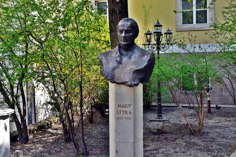 Nagy Attila mellszobra a Miskolci Nemzeti Színház udvarán. Forrás: OSZK Digitális Képarchívum