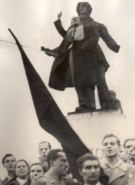 Nagy Attila színművész a miskolci Petőfi-szobor előtt. Forrás: Herman Ottó Múzeum
