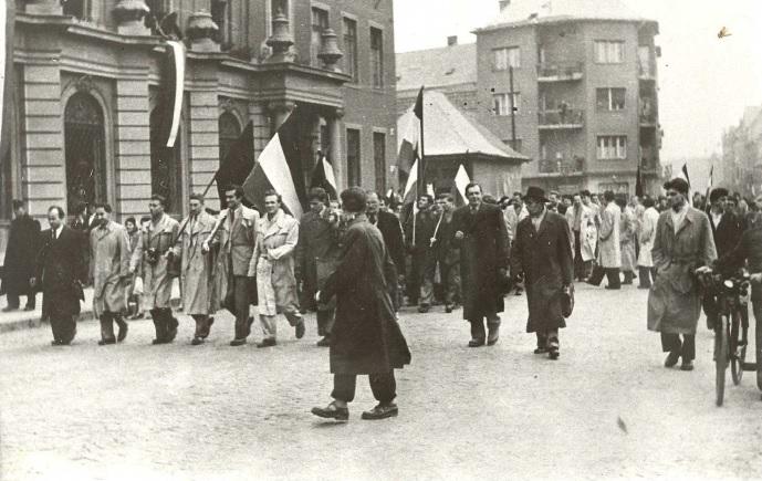 Vonul a tömeg Miskolc utcáin, elől az V. éves egyetemi hallgatók. 1956. október 25. Forrás: minap.hu