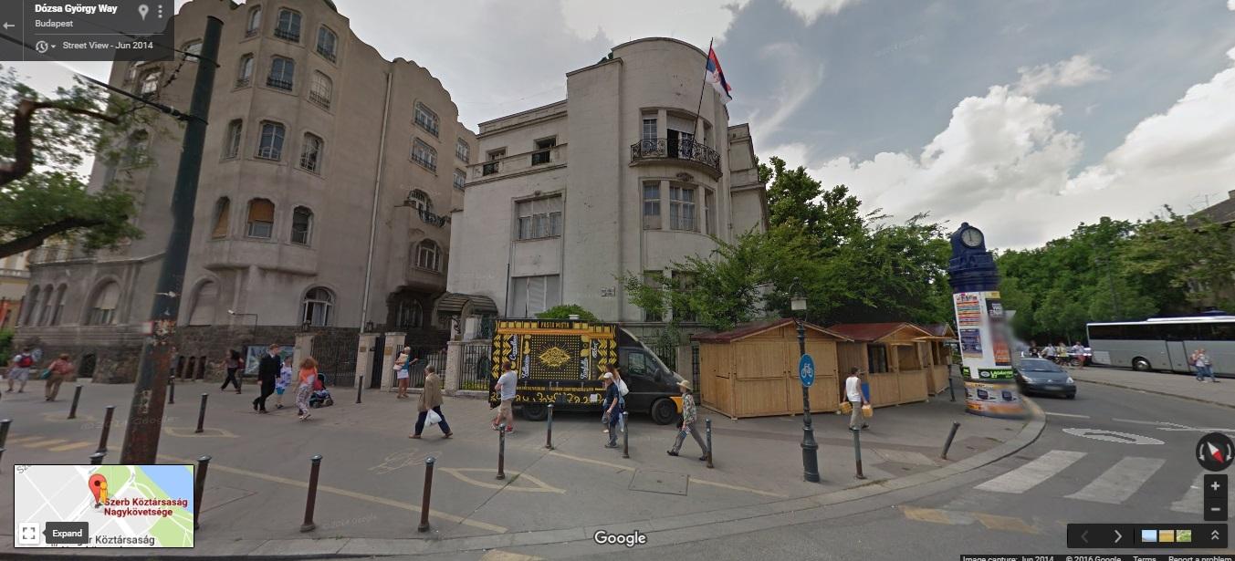 A Szerb Köztársaság mai és a Jugoszláv Föderatív Népköztársaság egykori nagykövetségének épülete az Andrássy út és a Dózsa György út sarkán a Hősök terével szemben. November 5-én az épület földszinti ablakait érte a szovjet géppuska sorozat. (Forrás: Google Street View)