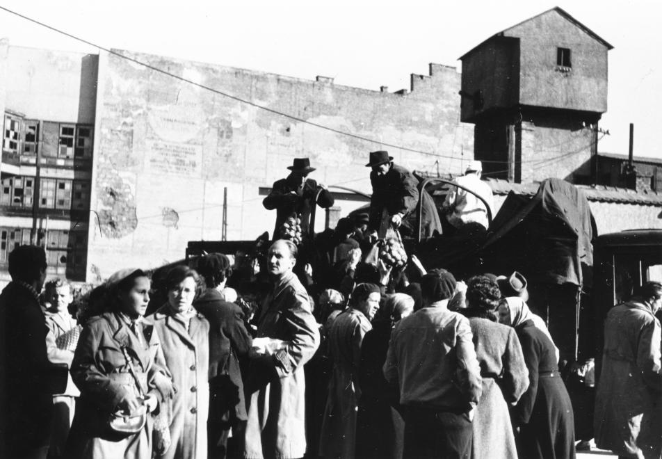 1956 október utolsó napjai: élelmiszer-szállítmány érkezik a Rákóczi útra. Háttérben a metró aknája (Pesti Srác2/FORTEPAN)