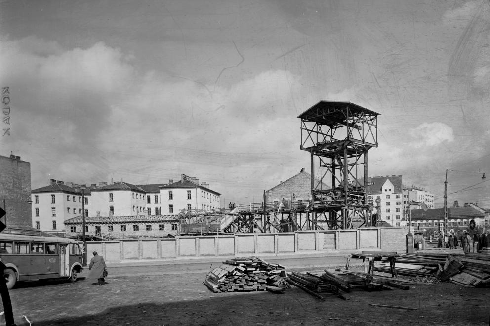 Lövőház utca - Margit körút sarok 1952. Háttérben a fegyház épülete, amely ma már nem látható. A forradalom napjaiban is körülbelül így nézett ki a környék. (UVATERV/FORTEPAN)