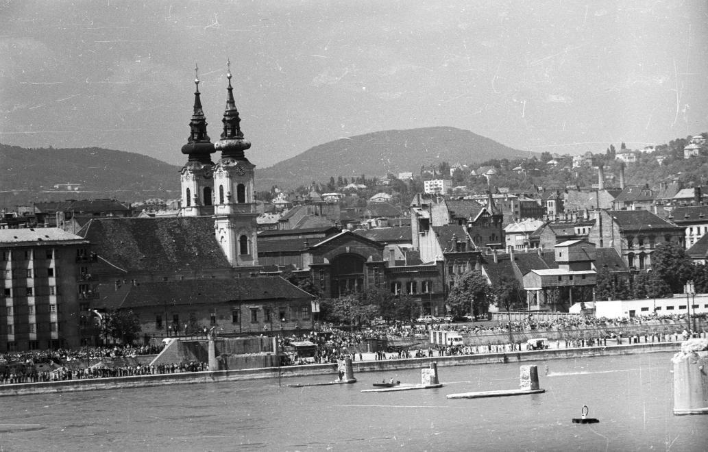 Batthyány tér, 1960. Balra a Szent Anna templom, a háttérben a Vásárcsarnok, előtérben pedig a Kossuth híd maradványai. (Nagy Gyula/FORTEPAN)