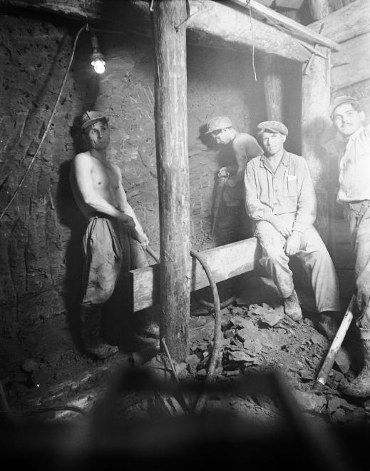 """""""Tizenhat tonnát raksz..."""" - vájárok munka közben, 1951. (UVATERV/FORTEPAN)"""