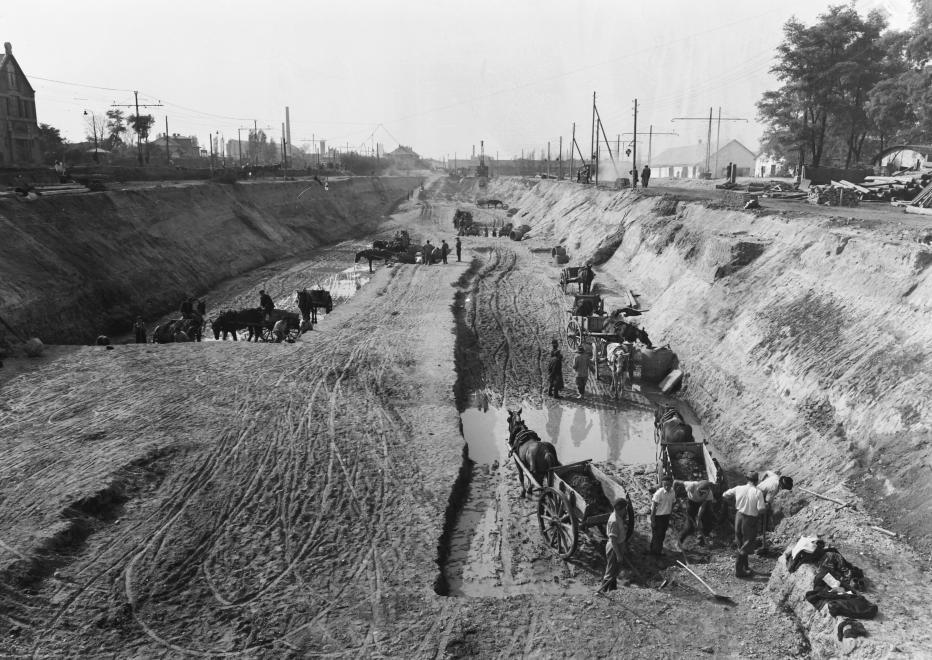 Akár a kisföldalatti építésén is készülhetett volna ez a kép. Pedig ez a Kerepesi út 1950-ben, a majdani Népstadionnál. (UVATERV/FORTEPAN)