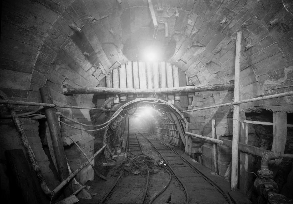 """""""Az alagút most énelőttem ásít"""" 1953. (UVATERV/FORTEPAN)"""