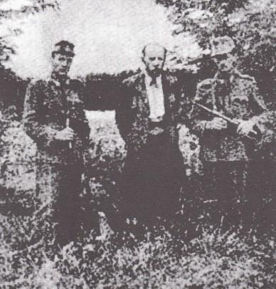 Pintér József őrei között gyilkosságainak helyszíni szemléjén, Fehérvári Hírek, 1946. október 27. Forrás: Harmat József: Roma holokauszt… i. m. 190.