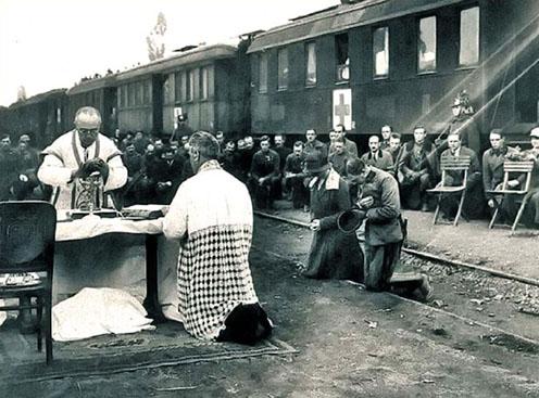 Szabadtéri mise a torbágyi vasútállomásnál. Jobbra a királyi pár térdel (forrás: A Nagy Háború blog)