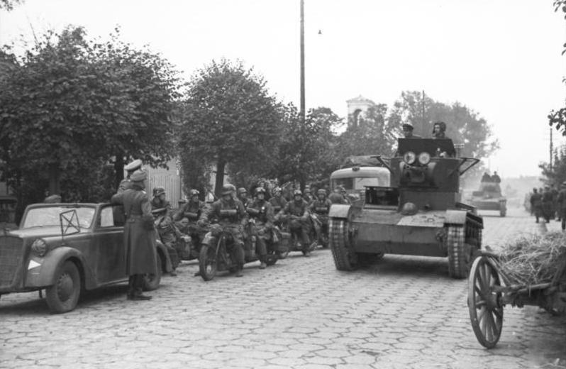 Szovjet T-26-os tank halad el egy német oszlop mellett a kelet-lengyelországi Breszt-Litovszkban. Bundesarchiv Bild 101I-121-0012-30