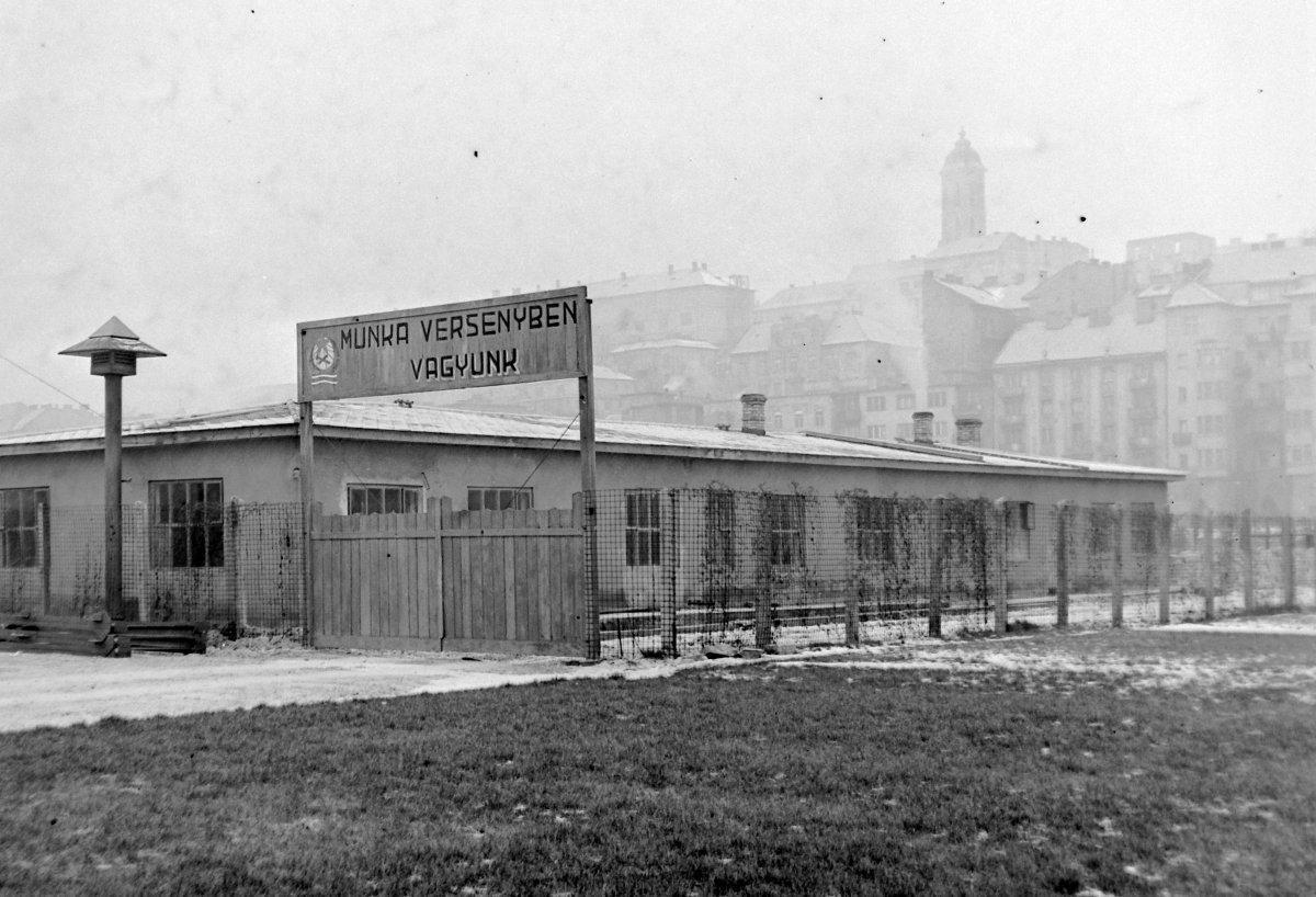 """""""Munkaversenyben vagyunk!"""" Telephely a Vérmezőn, a Déli pályaudvar mellett 1953-ban."""