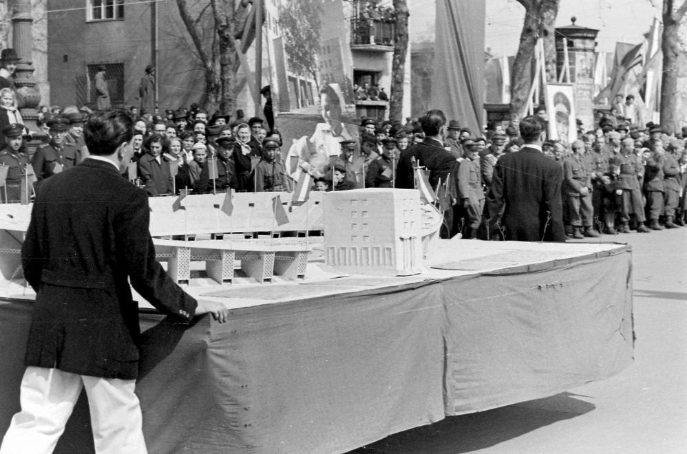 A Népstadion makettje az 1952-es április 4-i díszszemlén (Fortepan 16750)