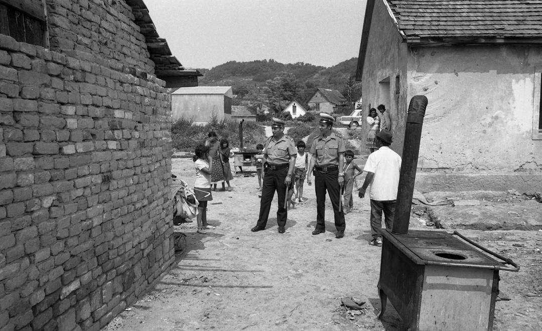 Két rendőr egy cigánytelepen, 1981. MAGYAR RENDŐR / FORTEPAN
