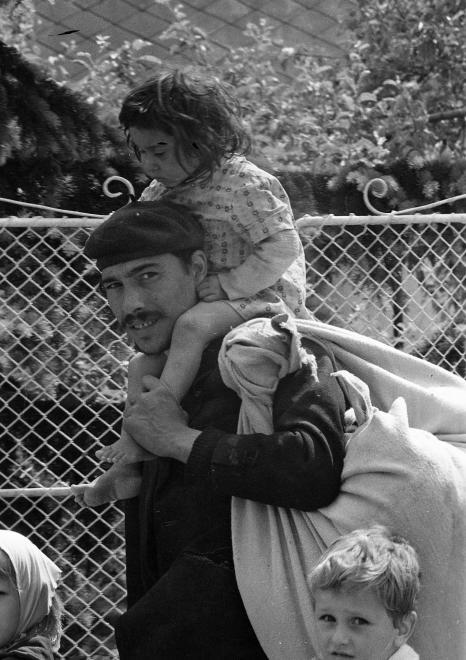 Cigány férfi két gyermekkel, 1969. URBÁN TAMÁS / FORTEPAN