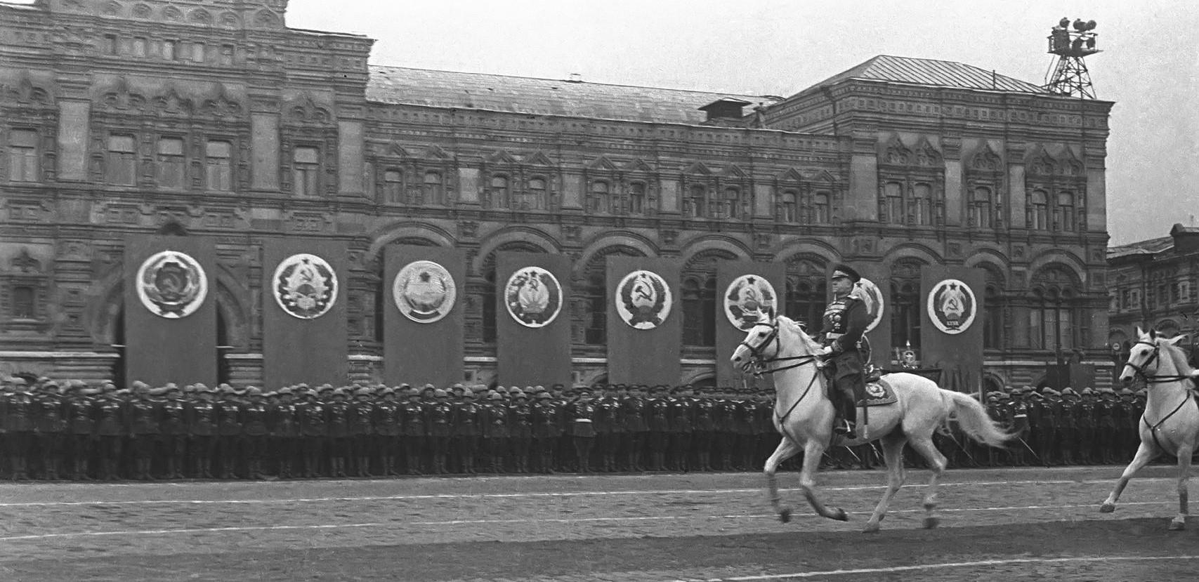 Marsall fehér lovon: Zsukov a moszkvai győzelmi parádén