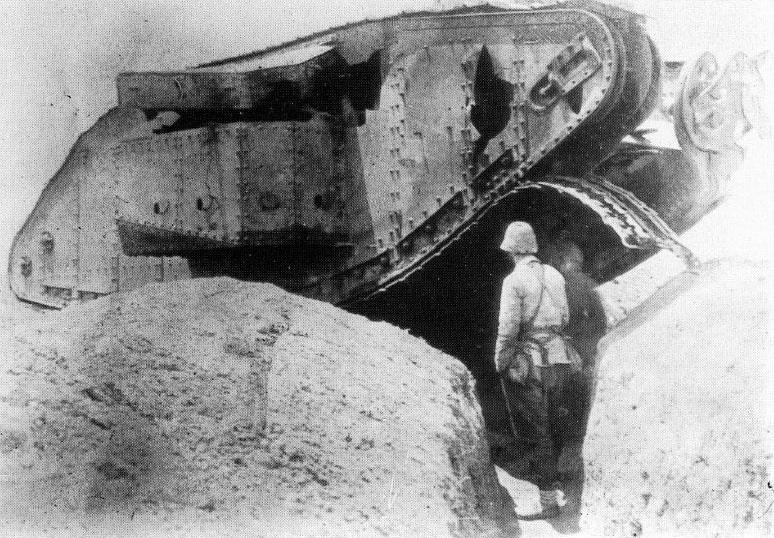 """Az osztrák–magyar hegyi tarackosüteg által kilőtt brit Mark I-es harckocsi (feltehetőleg a tank """"female"""", azaz női változata – csak géppuskákkal rendelkezett)."""