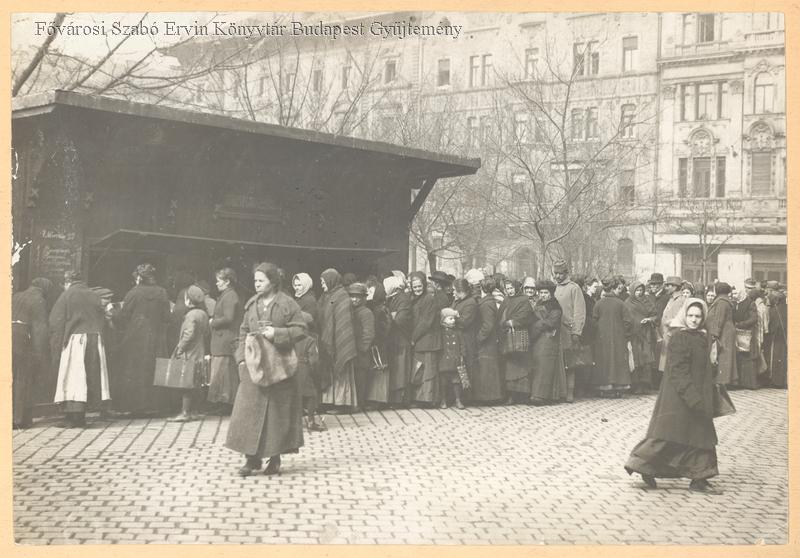 Sorba álló asszonyok Budapesten, Fővárosi Szabó Ervin Könyvtár, Budapest: 010736
