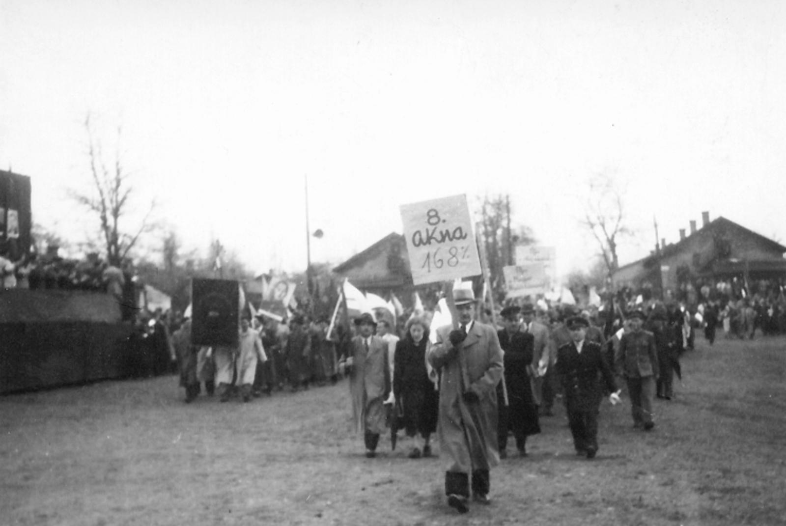 Május 1-jei felvonulás Tatabányán 1946-ban (Forrás: Tatabányai Múzeum)