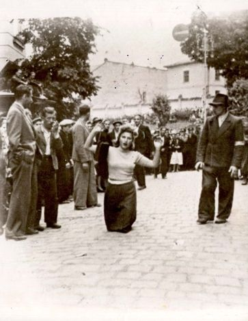 Ukrán milicisták egy zsidó nőt szégyenítenek meg 1941. június 30-án. Kép forrása: Jad Vasem, 73CO3,
