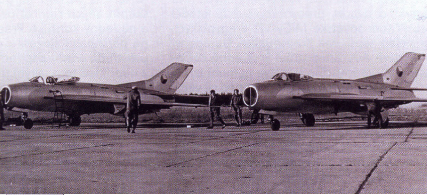 Csehszlovák MiG-19-ek egyiptomi katonai repülőtéren, még az átfestés előtt. A több mint 250 millió dollár értékű fegyvervásárlási szerződésben foglalta fegyvereket körülbelül kétharmadát Csehszlovákia szállította le, csupán azokat a Szovjetunió és Lengyelország, amiket a hadiipara nem gyártott vagy csak saját használatra. Forrás: Historie a vojenství, 2012/3.