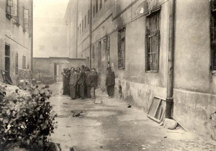 Kivégzésre összeterelt zsidók egy csoportja Lembergben, Kép forrása: Jad Vasem, 5138/96