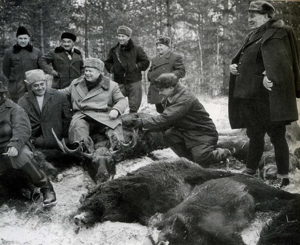 """""""Zsákmányállat"""" - Tito (j) Hruscsov (a szarvason) és Alekszej Koszigin szovjet miniszterelnök (b2) 1957-ben."""