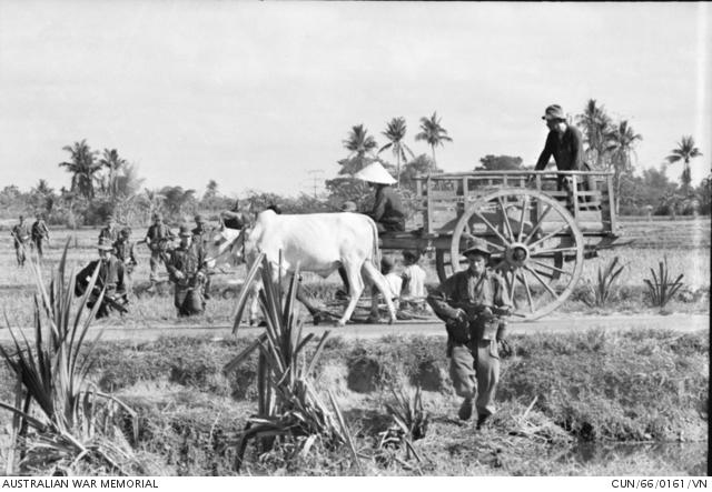 Ausztrál őrjárat és békésen közlekedő földművesek Tan Phu falu mellett