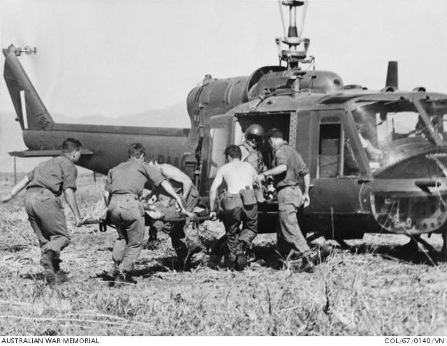 1967 Vung Tau: robbanásban megsebesült katona evakuálása