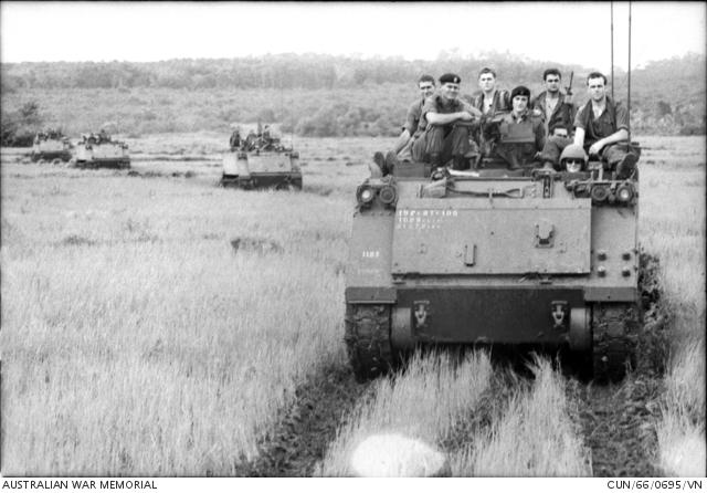 A D század túlélői a hazaúton, M113-asok fedélzetén