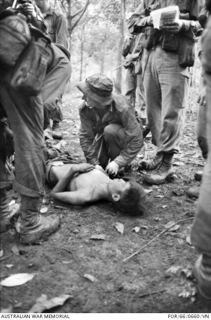 Szanitéc lát el egy sebesülten fogságba esett gerillát a Long Tan-i ütközet után