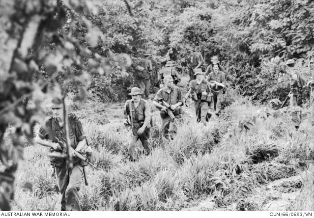 1966. augusztus 19. Őrjárat kutatja át a csatateret. Látható a sűrű bozót, ami nagyon megkönnyítette a gerillák dolgát.
