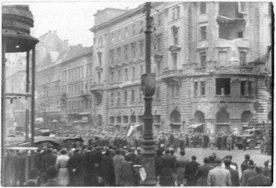 """Az """"ellentüntetők"""" a Himnuszt éneklik a Blaha Lujza téri kereszteződésben (Fővárosi Szabó Ervin Könyvtár/056035)"""