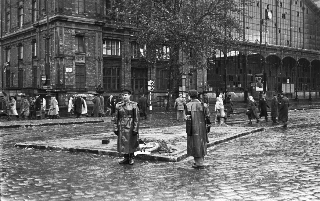 Nyugati pályaudvar a forradalom idején (Fortepan 40229/NAGY GYULA)