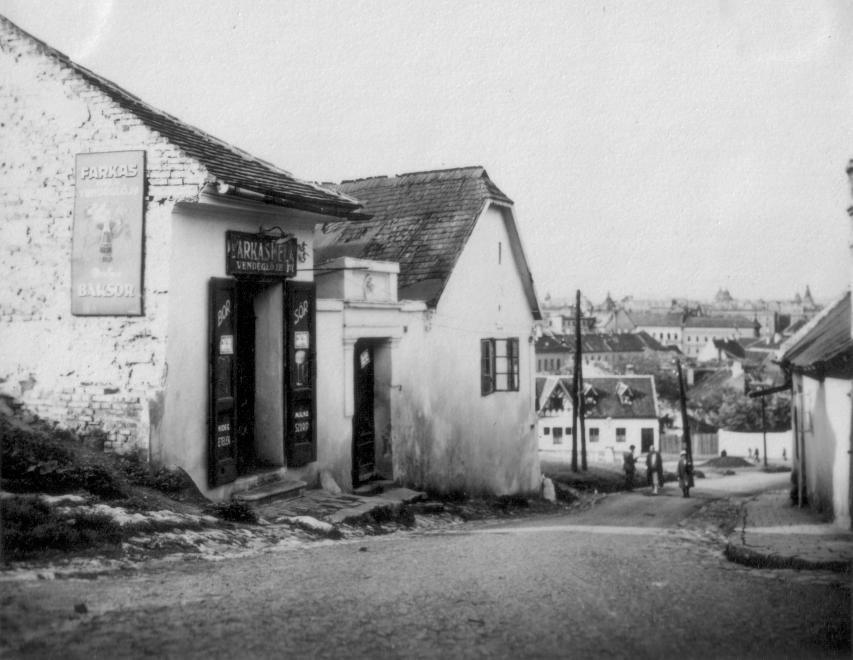 A Tabán egyik tipikus kisvendéglője (Farkas Béla vendéglője) a harmincas években - forrás: FORTEPAN