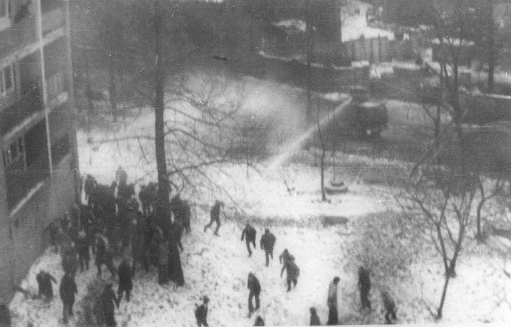 Vízágyú bevetése a bánya előtt tartózkodó sztrájkolók szétoszlatására (Forrás: Archívum IPN)