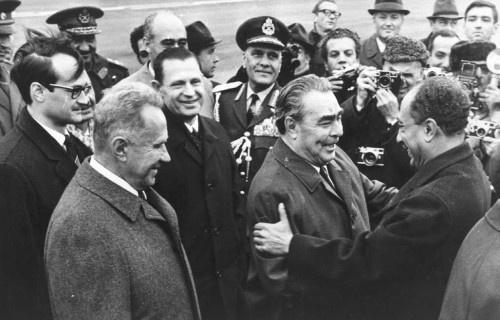 Amikor még megbonthatatlan volt az egyiptomi-szovjet barátság: Brezsnyev és Szadat találkozója 1971-ben. Egy évvel később már jelentkezettek a problémák a két ország viszonyában, amikor egyiptomi elnök kirúgott közel 20 000 szovjet, csehszlovák és más kelet-európai tanácsadót az arab országból. Kép forrása: Link