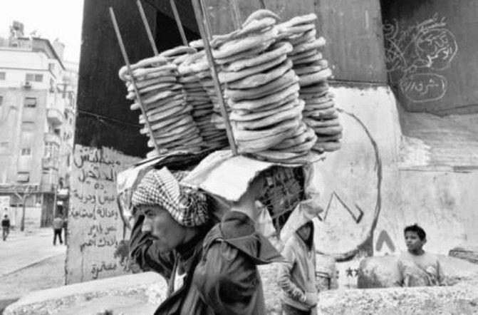 Utcai kenyérárus Kairóban.a fino típusú – szegények számára készített, olcsó és alacsony minőségű volt. A kép forrása: Link