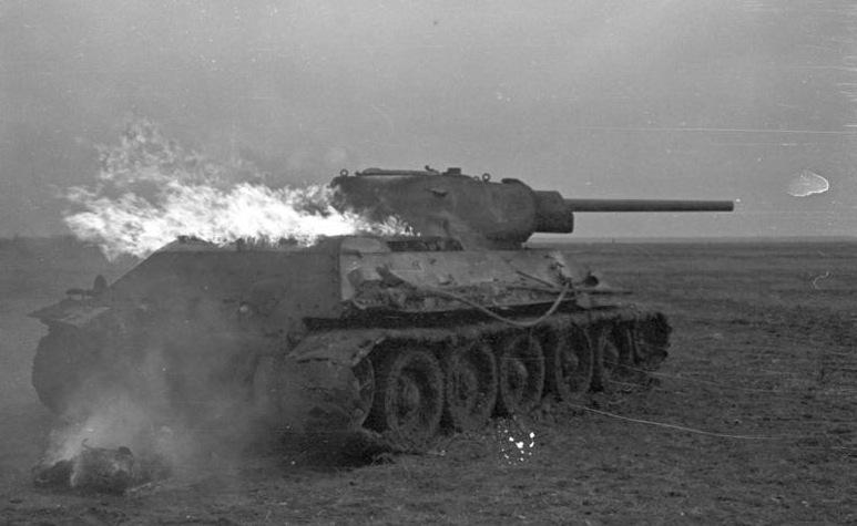 Lángoló T-34-es 1941 nyarán. (Bundesarchiv B 145 Bild-F016221-0016)