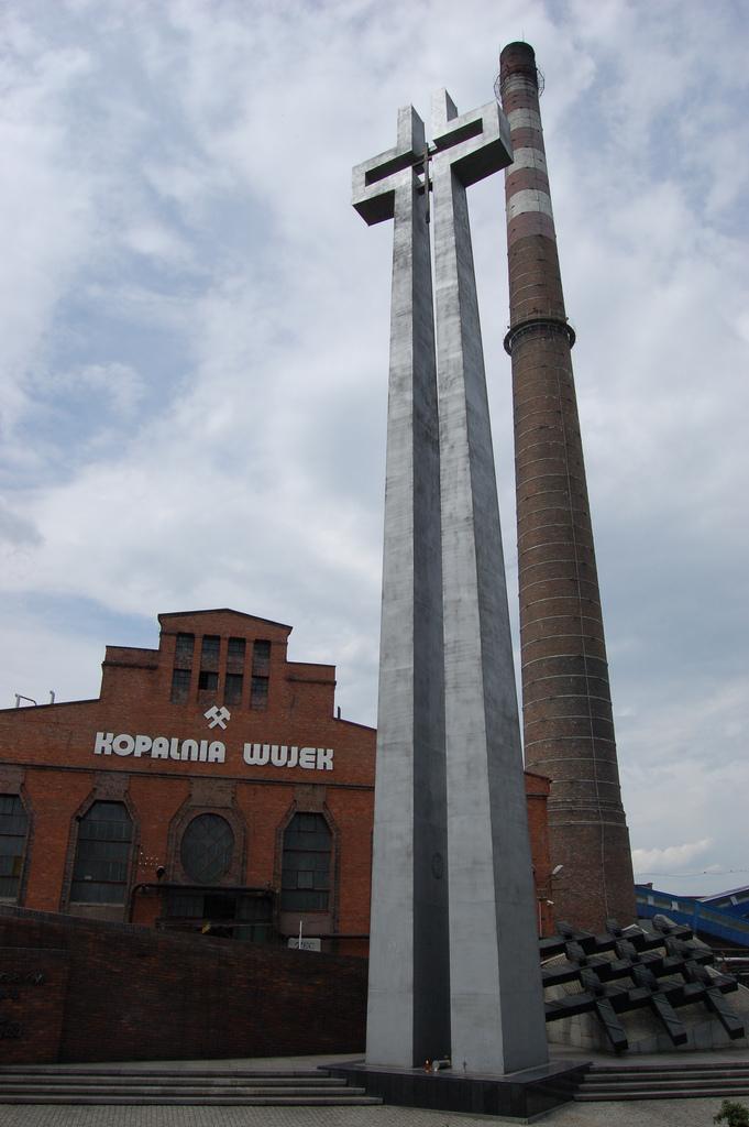A Wujek bánya előtt 1991-ben felállított emlékmű (Forrás: Wikipedia commons)