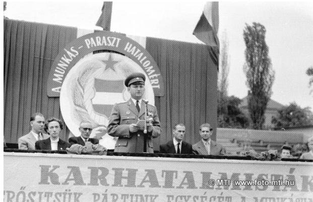 Ugrai Ferenc vezérőrnagy beszédet mond a Munkás-Paraszt Hatalom Emlékérem átadásakor, 1957. augusztus 19-én