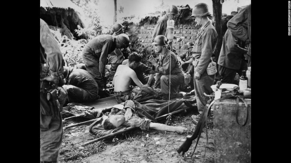 1950 őszén vált a tábori élet igazán szörnyűvé az amerikaiak számára. Lelkész imádkozik a sebesült amerikai felett. Forrás: CNN Archives
