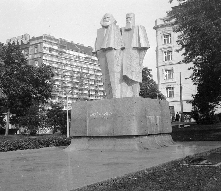 """Marx és Engels szobra (Segesdi György) 1971-ben került az ekkor már az MSZMP Központi Székhazaként funkcionáló """"Fehér ház"""" elé. A kubista szobor ma a Mementó Parkban van. FORTEPAN/FORTEPAN"""