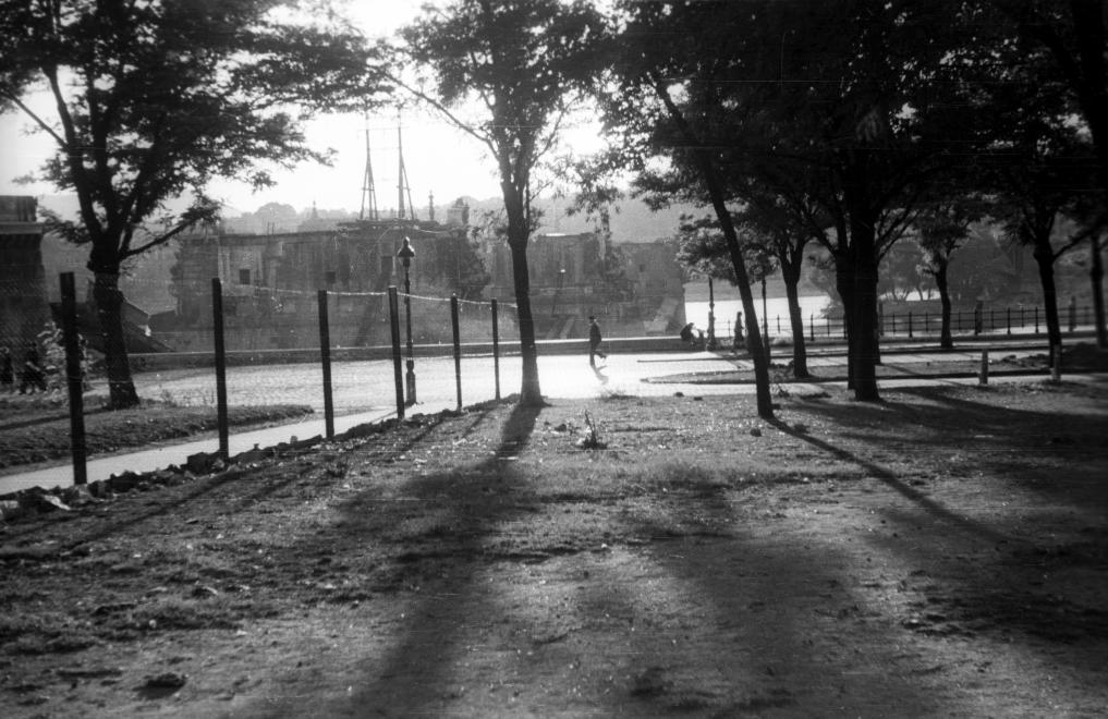 A Margit-híd 1944 novemberében felrobbant, melynek több százan estek áldozatául. A híd csonkjai a Jászai Mari felől. (1945) FORTEPAN/FORTEPAN